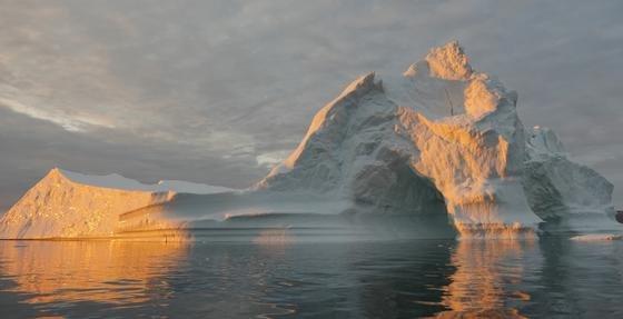 303 Gigatonnen Eis sind in Grönland im vergangenen Jahrzehnt im Schnitt pro Jahr dahingeschmolzen. Als Faustregel gilt: 360 Gigatonnen abgeschmolzenes Eis führen zu einem Meeresspiegelanstieg von 1 mm.