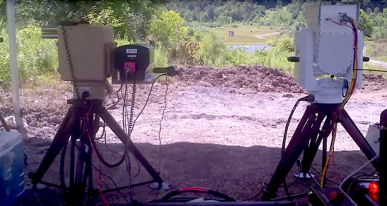 Mobile Laserkanone auf Testgelände: Der 2-KW-Laserstrahl arbeitet wie eine Schweißflamme aus hunderten Meter Entfernung.