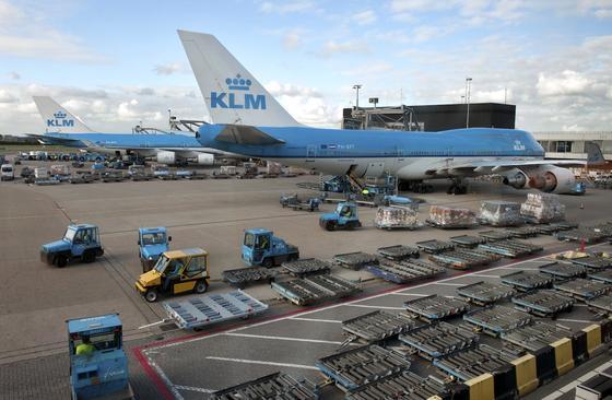Gepäcktransporter auf dem Flughafen Schiphol in Amsterdam werden künftig mit GSE-Trackern ausgerüstet, die ständig die Position durchgeben. Dadurch will der Flughafen Karren, Hubwaren, Flugsteigtreppen und Gepäckwagen effizienter einsetzen.