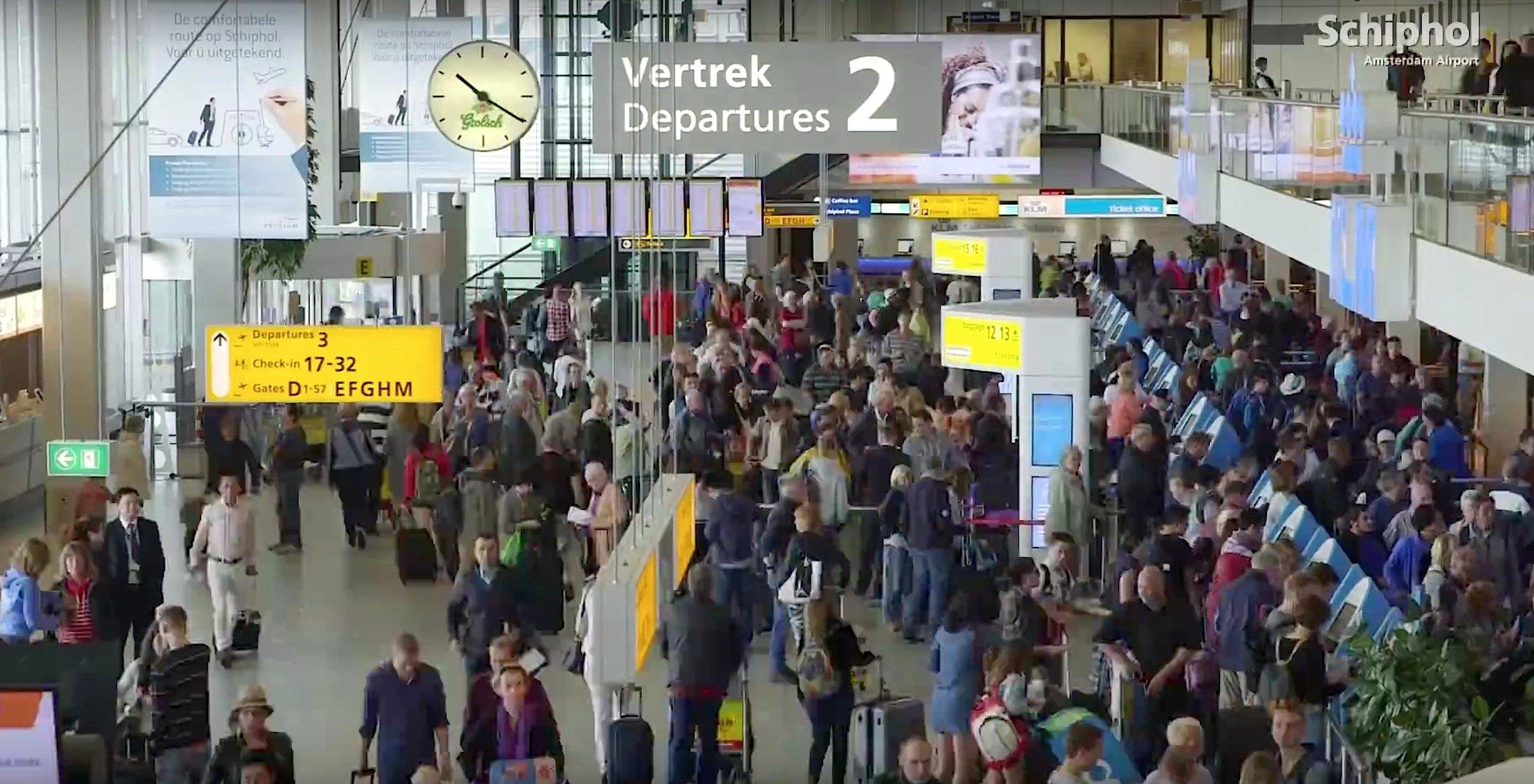 Flughafenhalle im Airport Schiphol in Amsterdam: Der unterschiedliche Andrang von Passagieren stellt die Logistiker vor große Probleme. Gepäckwagen und Flugsteigtreppen werden ständig an anderer Stelle gebraucht. Doch einen Überblick, wo sich welches Gerät gerade befindet, hatten Flughäfen bislang nicht.