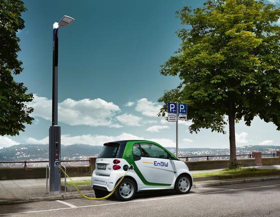 Intelligente Straßenlaterne mit WLAN und Ladefunktion für Elektroautos: EnBW hat die Laterne, die auch mit Sensoren zur Erfassung von Umweltdaten ausgerüstet werden kann, auf der IAA in Frankfurt vorstellen.