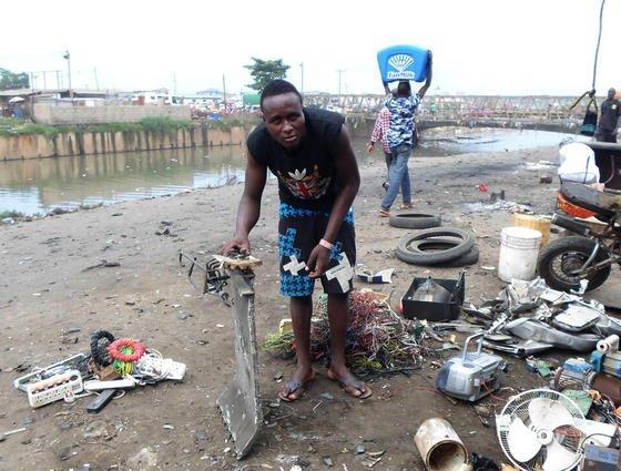 Der 27-jährige Yussif Mahawakli untersucht auf einer Mülldeponie in Accra (Ghana) Elektroschrott auf verwertbare Materialien.1,5 Mio. t Elektroschrott werden jedes Jahr aus der EU exportiert, davon 1,3 Mio. t undokumentiert. Oft landen die Elektrogeräte auf ungesicherten Deponien in Ghana, Nigeria und China.