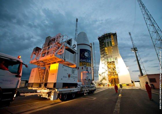 Die Galileo-Satelliten 5 und 6 am 20. August 2014 vor dem Start: Nachdem sie in einer falschen Umlaufbahn um die Erde kreisen, sollen sie jetzt dazu dienen, letzte Zweifel an Einsteins Relativitätstheorie zu beseitigen.