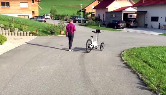 Steuern lässt sich das E-Cargo-Bike mit dem Smartphone: Das Lenkrad folgt den Kippbewegungen. Mit dem Daumen kann man auf dem Touchdisplay Gas geben.