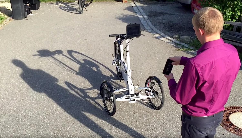 Spaziergang mit ferngesteuertem E-Cargo-Bike: Es könnte künftig Postboten und Straßenkehrer bei der Arbeit unterstützen.