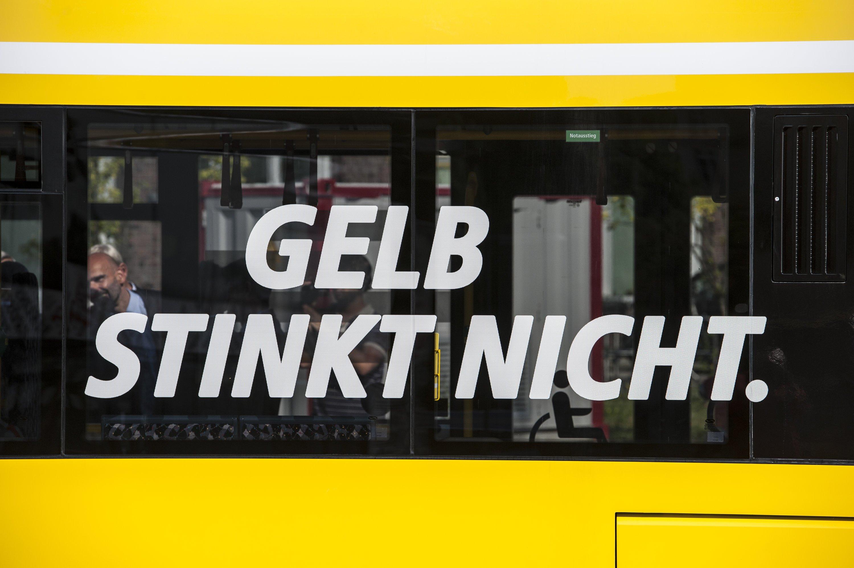 """""""Gelb stinkt nicht"""" steht am 31. August 2015 in Berlin auf einem Bus der Berliner Verkehrsbetriebe (BVG)."""