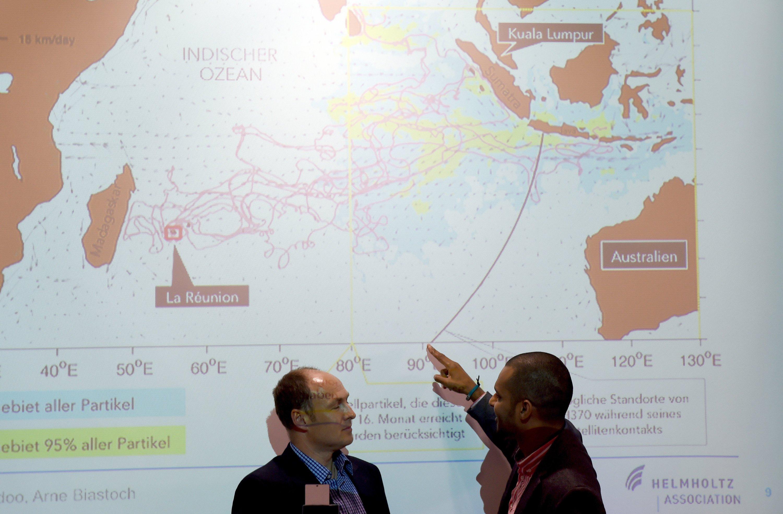 Die Kieler Meeresforscher Arne Biastoch (l.) und Jonathan Durgadoo glauben, dass der Absturzort von Flug MH370 rund 3500 km nördlicher liegt als bisher angenommen.