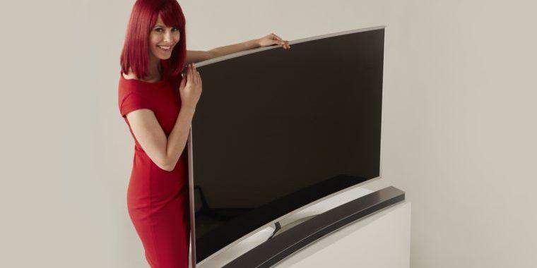 Miss IFA präsentiert Produktneuheiten zur IFA 2015: Hier den FernseherSamsung SUHDTV mit Soundbar. DankNanokristall-Technologie erscheinen Farben heller und intensiver.