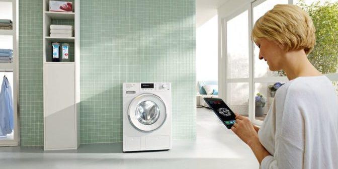 Ob zu Hause oder unterwegs: Geht das Waschmittel in der vernetzten Waschmaschine von Miele zur Neige, gibt es eine automatische Meldung auf dem Smartphone oder Tablet des Benutzers.