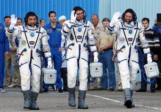 Und Tschüss: Die AstronautenAydyn Aimbetov (Kasachstan), Sergei Volkov (Russland) und Andreas Mogensen (Dänemark) verabschieden sich (v.l.n.r.). Sie wollen zur Internationalen Raumstation ISS.