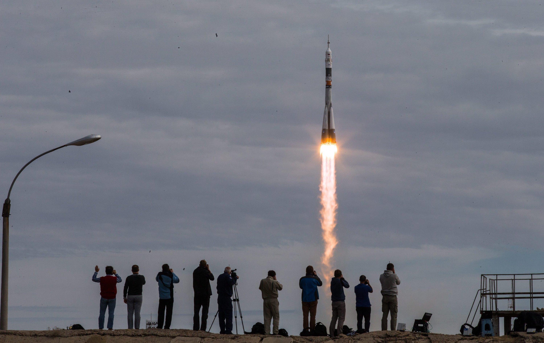 Mit den drei Astronauten an Bord der Sojus-Rakete werden vorübergehend neun Menschen auf der Internationalen Raumstation leben. 16 Länder sind an der ISS beteiligt. Die Kooperation im Raumfahrtbereich zwischen Russland und den USA funktioniert trotz der Spannungen wegen der Krise in der Ukraine weiterhin.