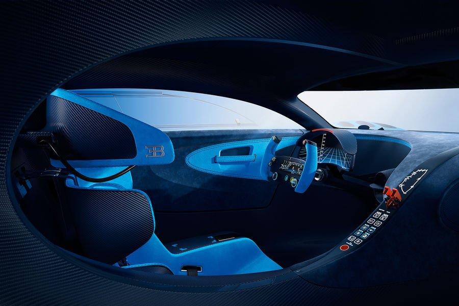 Das Cockpit des Playstation-Bugatti nimmt Anleihen beim Rennsport. Als schnellstes Serienauto der Welt soll das Auto als Bugatti Chiron mehr als 400 km/h erreichen.