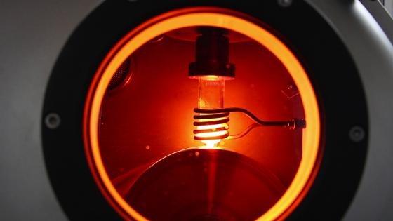 Beim Recyceln der Permanentmagnete setzen die Forscher auf das Melt-Spinning-Verfahren: Dabei erhitzt eine Induktionsspule das Material. Es schmilzt, läuft auf ein rotierendes Kupferrad und erstarrt in Sekundenbruchteilen.