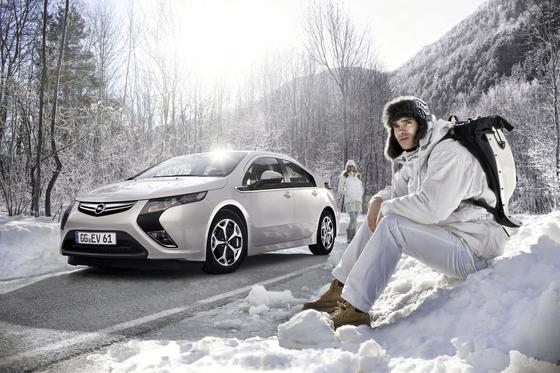 Im Winter heißt es für manche Fahrer von E-Autos, die richtige Entscheidung treffen: Mit Heizung fahren reduziert die Reichweite, ohne wird es kalt.