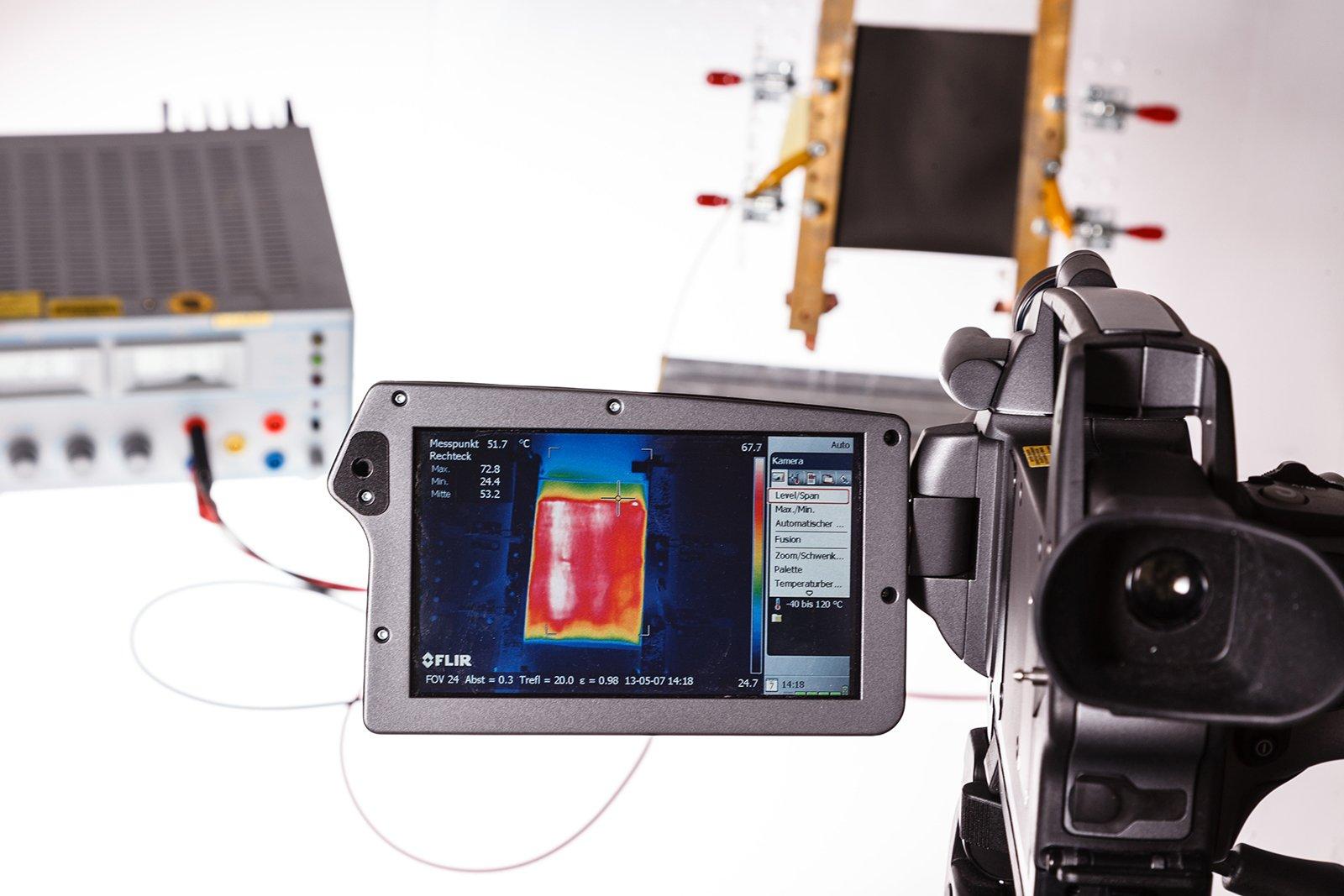 Um die Heizwirkung der Folien für Pkw zu analysieren, schlossen die Forscher sie an eine Spannungsquelle an und beobachteten sie mit einer Thermokamera.