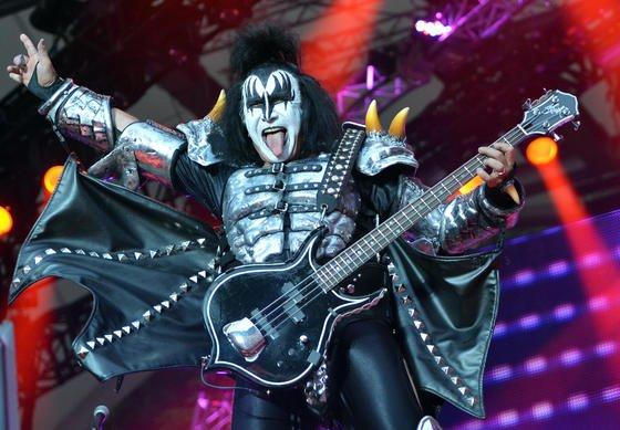 Gene Simmons versteigerte seinen Nierenstein auf Ebay. Der Kiss-Sänger und Bassist kassierte 15.000 $.