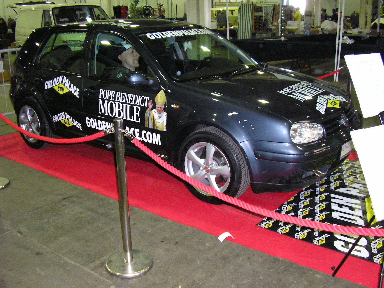 Für 188.936,88 € hat ein Zivi aus Olpe im Sauerland den ehemaligen Wagen des Papstes Benedikt XVI. versteigert.