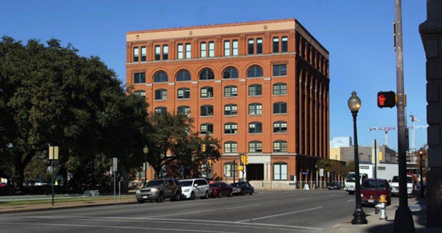 Ein Fenster des alten Schulbuchdepots in Dallas erzielte auf Ebay drei Millionen $. Angeblich hat Lee Harvey Oswald 1963 US-Präsident John F. Kennedy durch das Fenster erschossen.
