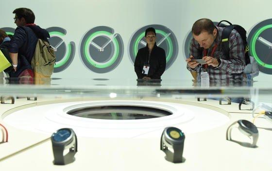 Samsung hat auf der IFA in Berlin die neue Smartwatch Gear S2 vorgestellt. Zum Benutzen wird am Rädchen gedreht.
