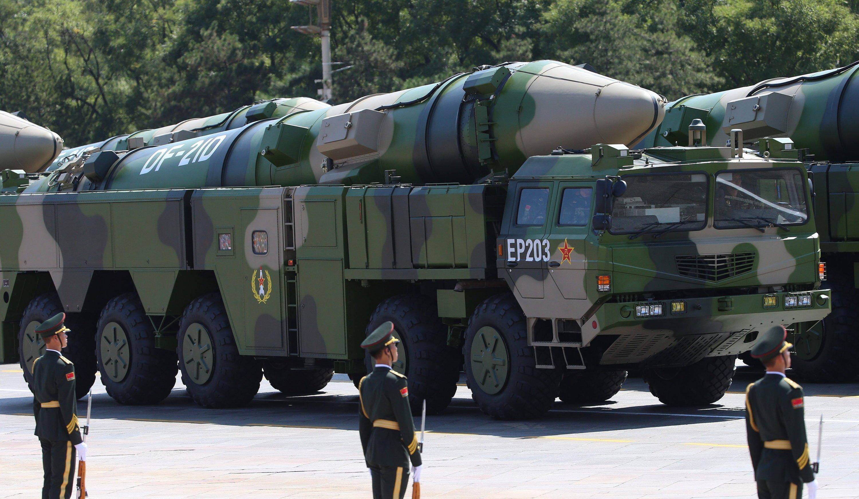 Die neue chinesische Rakete Dong Feng 21D auf dem Platz des Himmlischen Friedens: Die Mittelstreckenrakete ist mit bis zu 15.000 km/h ungeheuer schnell und soll im Kriegsfall vor allem amerikanische Flugzeugträger versenken.