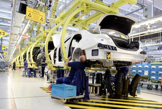 Fahrzeug-Produktion im Mercedes-Benz Werk in Sindelfingen:Daimler-Chef Dieter Zetsche will so schnell wie möglich auch Flüchtlinge im Unternehmen einsetzen.