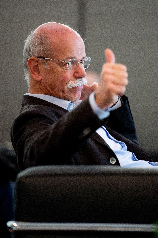 Daimler-Chef Dieter Zetsche gewinnt der Flüchtlingswelle Positives für Deutschland ab. Die Zufluchtsuchenden könnten ähnlich wie früher die Gastarbeiter helfen, unseren Wohlstand zu erhalten beziehungsweise zu vermehren.