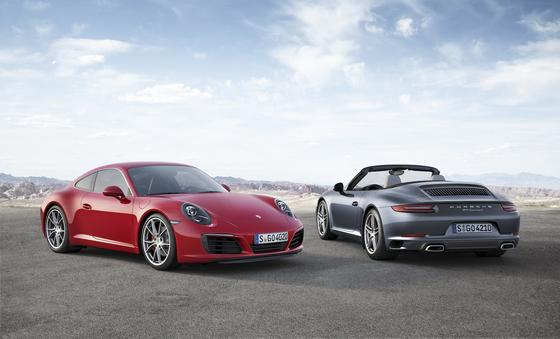 Porsche Carrera S und Cabrio: Bei der stärksten Carrera-Version kann der Fahrer nicht nur unter vier Fahrmodi wählen, sondern auch die gesamte Kraft des Autos etwa für den Überholvorgang aktivieren.