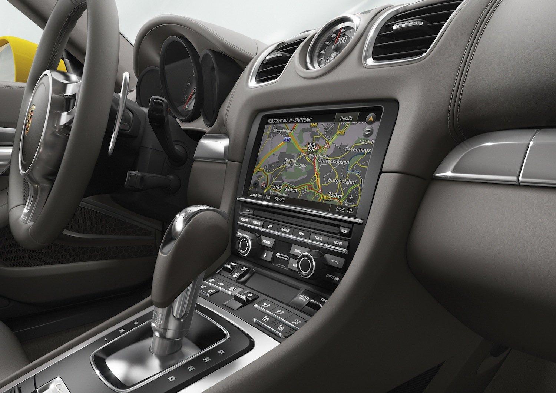 """Cockpit des neuen Carrera S: Am Lenkrad gibt es einen drehbaren Ring mit vier Positionen für die Fahrprogramme """"Normal"""", """"Sport"""", """"Sport Plus"""" und """"Individual"""".Hinzu kommt ein Knopf zum Überholen, der 20 s lang den gesamten Antriebsstrang auf höchste Beschleunigung trimmt."""