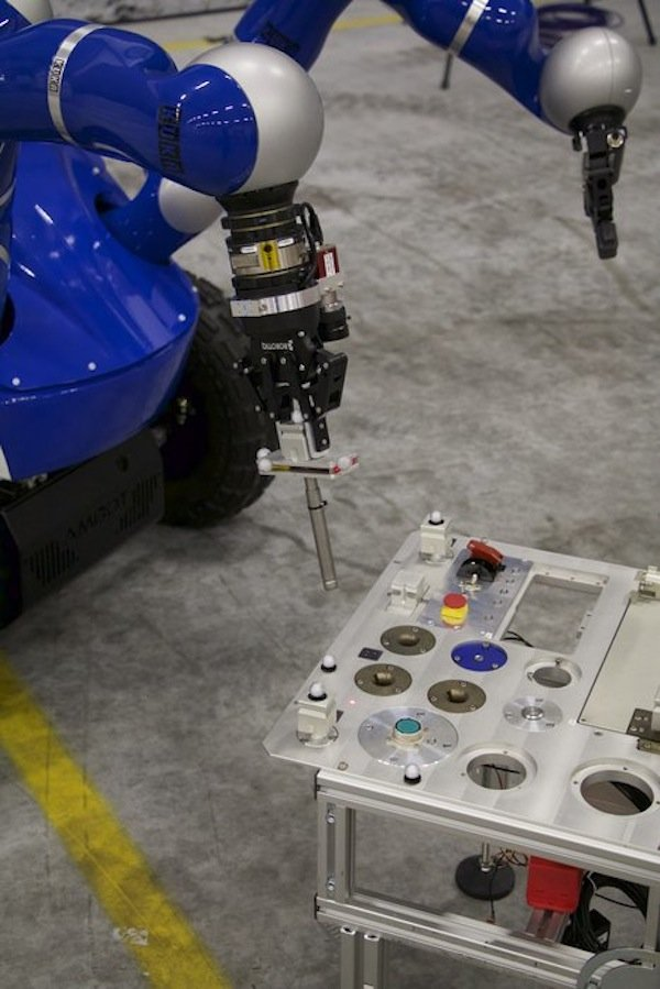 Ob der Roboter bei dem Versuch, den Pin einzuführen, seinen Greifarm in der richtigen Position hielt, konnte Astronaut Andreas Morgensen auf der ISS erspüren.