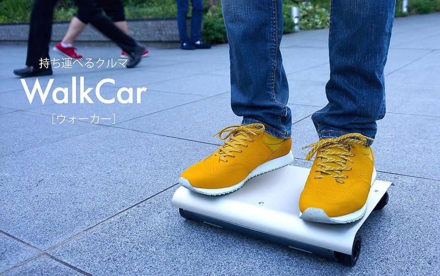 Das elektrische Rollbrett Walkcar ist nur so groß wie ein Laptop, kann aber 120 kg befördern.