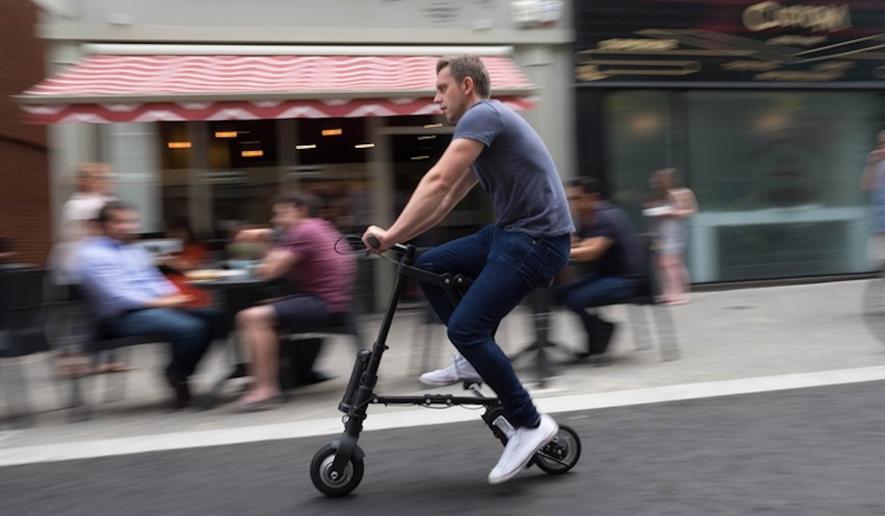 Auf dem A-Bike durch die Stadt: Die Höchstgeschwindigkeit liegt bei 20 km/h, die Reichweite bei 25 km. Ein Doppelkettenantrieb verhindert, dass der Fahrer zu schnell treten muss.