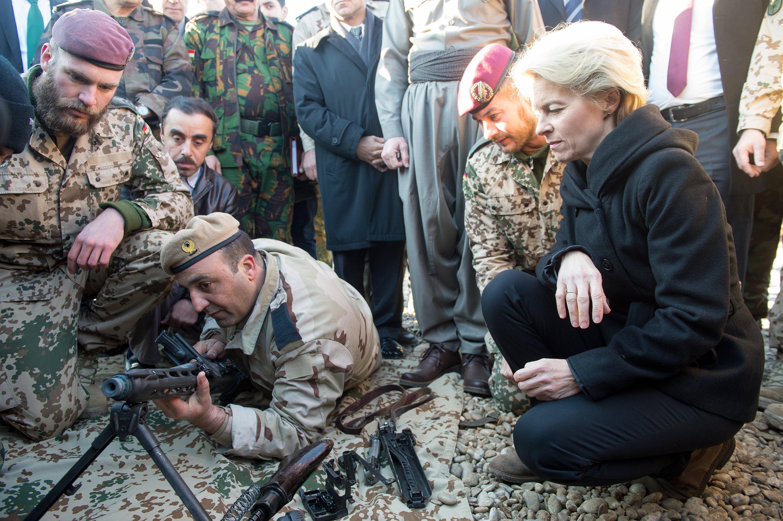 Bundesverteidigungsministerin Ursula von der Leyenim «Zeravani Training Centre» in Bnaslava in der Nähe von Erbil im Irak: Die Ministerin hat gemeinsam mit der militärischen Führung der Bundeswehr beschlossen, dass die Streitkräfte ein neues Sturmgewehr bekommen.