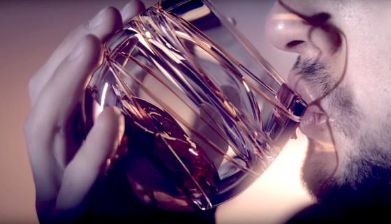 Whiskyglas von Ballentine´s: Die Ingenieure haben das Glas bereits imZarm-Fallturm in Bremen getestet.