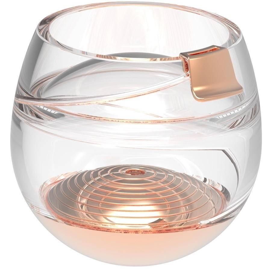 Der Whisky wird durch ein Ventil eingesaugt, fließt durch eine Röhre in der Glaswand und erreicht über ein kleines, aus Gold gefertigtes Mundstück den Mund des Trinkers.