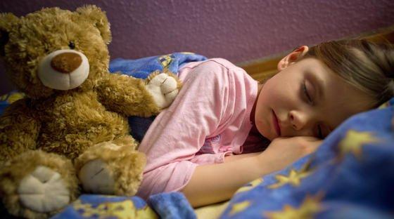 Schlafendes Kind: Zukünftig soll nicht nur Teddy, sondern auch ein Schlafsensor unter der Matratze den Schlaf überwachen.
