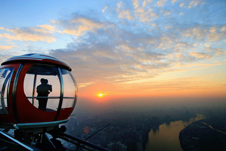 Spektakulärer Ausblick vom Canton Tower: Der 600 m hohe Fernsehturm in China ist eine Touristenattraktion.