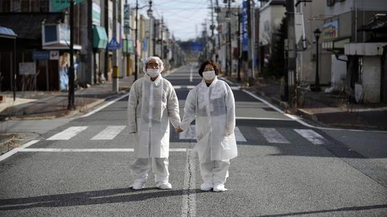 Sie sollten hier nicht stehen: Menschen in der Sperrzone nach der Atomkatastrophe in Fukushima. Eine neue vomNegev Nuclear Research Center in Dimona im Süden von Israel entwickelte Mini-Drohne kann radioaktive Strahlung messen. Wobei Israel die Drohne für militärische Zwecke einsetzen will: Sie kann auch verfolgen, in welche Richtung radioaktiv strahlende Lasten transportiert worden sind.