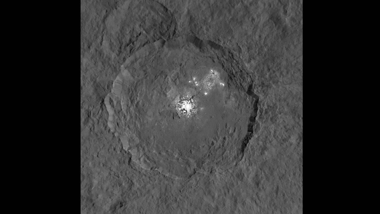 Helle Flecken im Inneren des Occator-Kraters: Über die Ursache dieses Phänomens rätseln die Forscher.