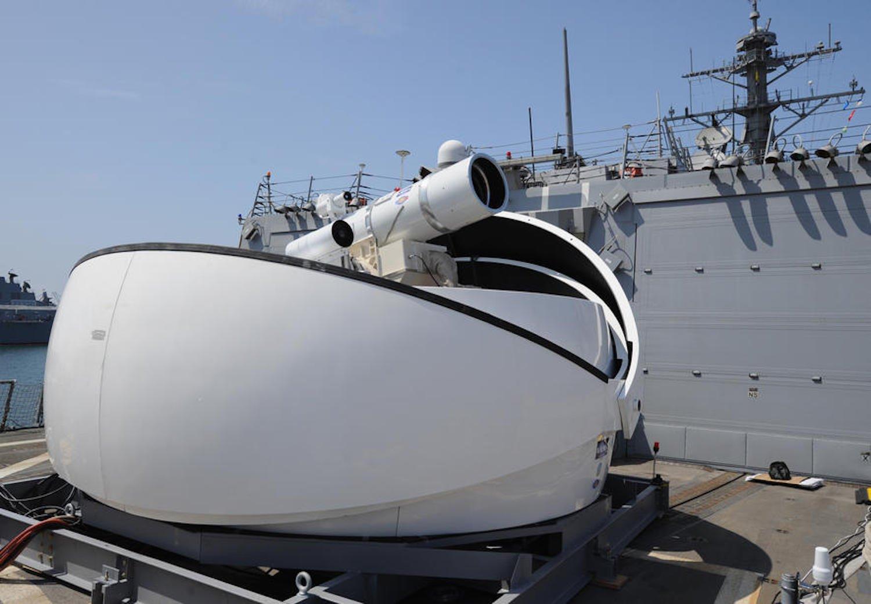 Laserkanone der US Navy: Sie kann schwache Signalschüsse abgeben oder mit ihrem destruktiven Strahl Drohnen in Brand setzen. Maximale Reichweite: 16 km.