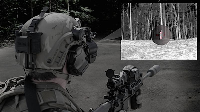 Das neue Nachtsichtgerät von BAE Systems: Der Soldat schwenkt bei Bedarf eine Helmbrille vor die Augen. Darauf erscheint das Livebild der Kamera im Zielfernrohr. Auf Wunsch als Nachtsicht- oder Wärmebild.