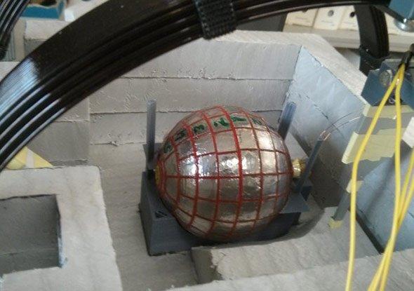 Die Wurmloch-Kugel wird mit flüssigem Stickstoff gekühlt, um das Material der Mittelschicht supraleitend zu machen.