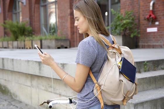 Praktisch für den Alltag: Das Solarladegerät lässt sich am Rucksack befestigen und über USB-Kabel mit dem Smartphone verbinden.