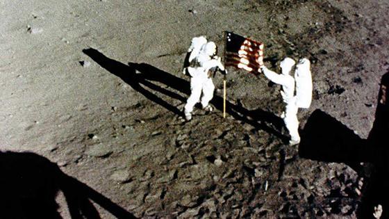 """Wettlauf gewonnen: Als erste Menschen betraten die US-Astronauten Neil Armstrong und Edwin """"Buzz"""" Aldrin den Mond."""