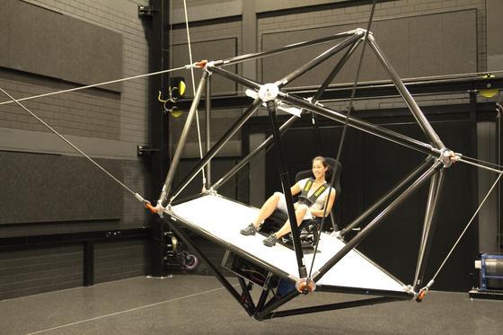 Der neu entwickelte Seilroboter des Max-Planck-Instituts für biologische Kybernetik in Tübingen kann eine Achterbahnfahrt ebenso simulieren wie einen Flug mit dem Hubschrauber oder den Start eines Flugzeuges. Eingesetzt wird der Simulator in der Wahrnehmungs- und Kognitionsforschung.