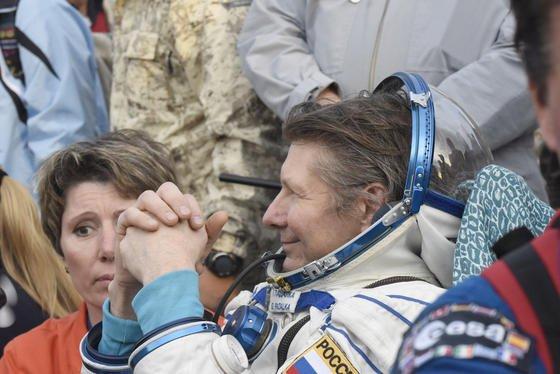 War die längste Zeit im All: Der russische Kosmonaut Gennadi Padalka hat mit einer Gesamtzeit von 878 Tagen im All einen neuen Rekord aufgestellt. Am Samstag kehrte der 57-Jährige zurück auf die Erde.