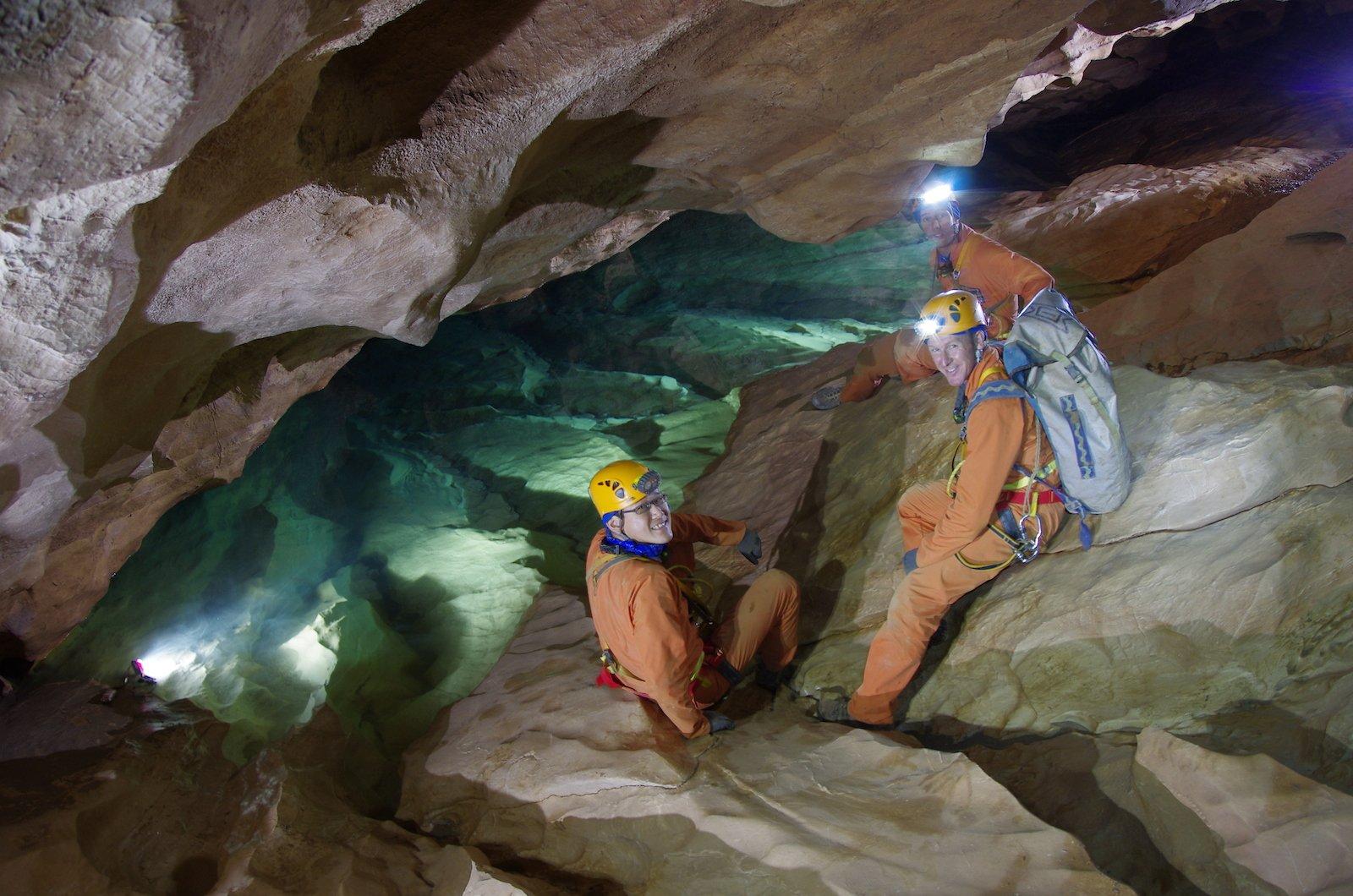 2012 nahm Timothy Peake mit fünf anderen Astronauten an einer extremen Höhlenmission teil. Fast eine Woche lang lebte das Team von der Außenwelt abgeschnitten in den Höhlen von Sardinien. Das Leben auf engstem Raum, ohne Privatsphäre oder Komfort, mit wenig Ausrüstung und technischen Herausforderungen – ähnlich wie im All – sollte geprobt werden.