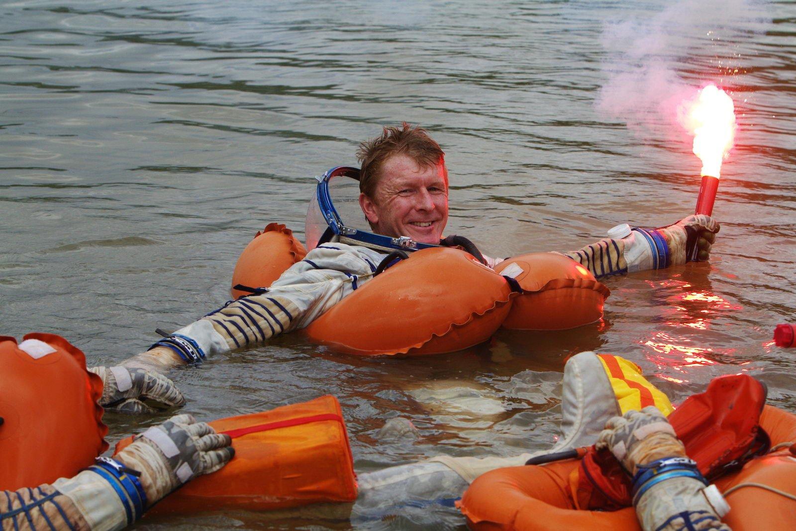 """Timothy Peake beim Überlebenstraining im Wasser in der Nähe des russischen """"Sternenstädtchens"""". Das Überlebenstraining ist ein wichtiger Teil aller Sojus-Trainings, denn bei der Rückkehr zur Erde gibt es immer die Möglichkeit, dass die Sojus-Kapsel im Wasser landet."""