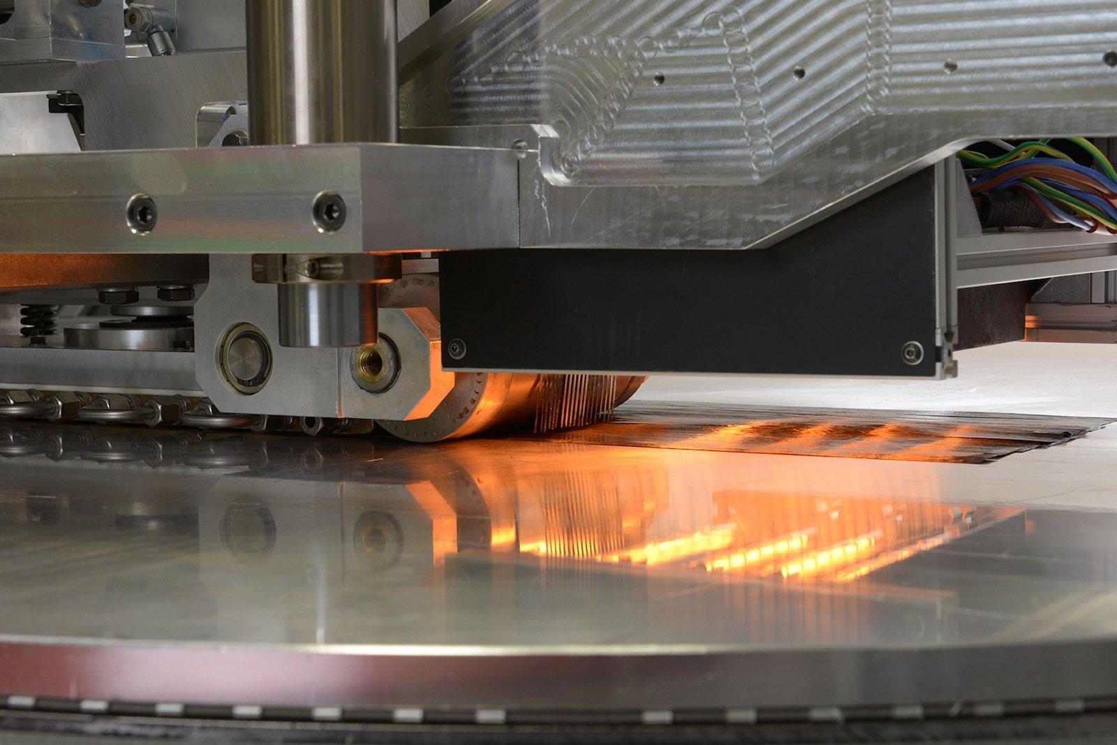 Bei der Verarbeitung des Kunststoffs werden Infrarotstrahler als Wärmequelle eingesetzt. So können die Produkte – Kohlenstoff- oder Glasfasertapes – in die endgültige Form gebracht werden.