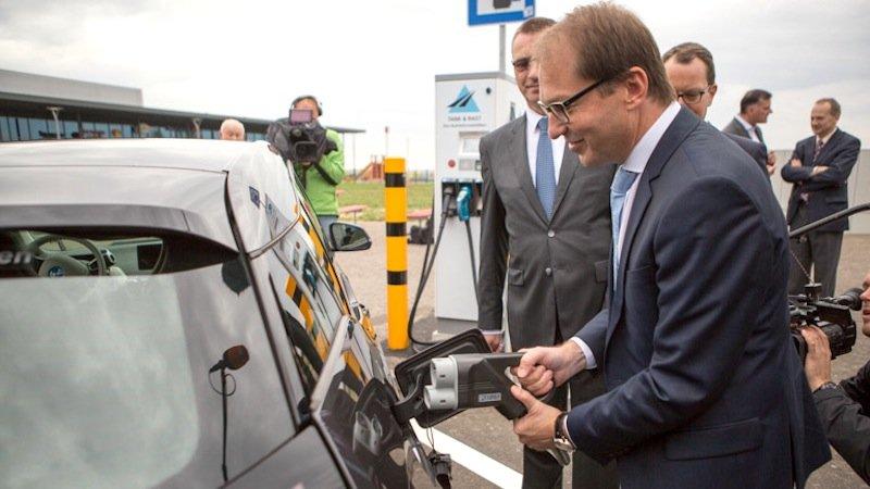 Die erste Schnellladesäule hat Verkehrsminister Alexander Dobrindt (CSU) auf der A9 an der Raststätte Koschinger Forst nördlich von Ingolstadt bereits eingeweiht. Bis 2017 sollen 400 E-Tankstellen an deutschen Autobahnen entstehen. Im Schnitt sollen Fahrer von Elektrofahrzeugen auf den Autobahnen im Land alle 30 km Strom nachladen können.