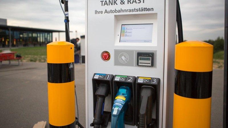 Die 400 E-Tankstellen an den Bundesautobahnen sollen alle mit CCS-Steckern des europäischen Standard-Ladesystems ausgestattet werden, damit nach dort nach Möglichkeit alle Elektrofahrzeuge mit Strom versorgt werden können.